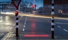 为了照顾低头族,荷兰交通部推出了在地面上的红绿灯,太棒了!