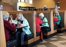 这是三姐妹出来见朋友吗