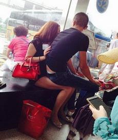哥们,你都多大了,还坐在人家姑娘腿上,害不害羞!