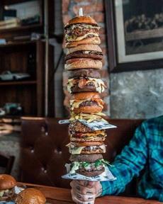 这么大的汉堡你会怎么吃