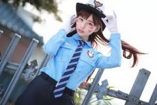 这位女警察有点可爱啊
