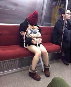 姑娘,雨傘不擋寒風啊