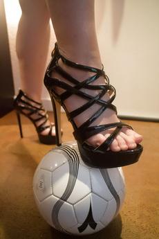 踢足球该穿运动鞋