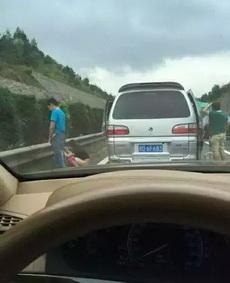 高速路堵车,妹子都这么开放了!
