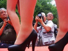 這個攝影師有點奇怪,為什么跑到人家腳底下拍老頭?