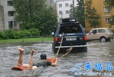 搞笑的冲浪,下?#25991;?#23478;被水淹了也可以这么玩