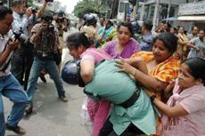 街头惊现强悍少妇群殴警察