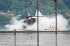 直升机迫降湖面