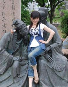 美女用身体侮辱雕像
