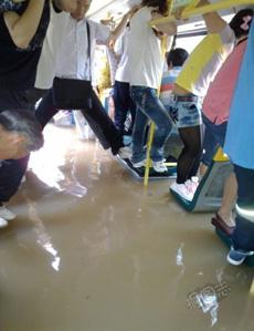 暴雨后的广州公交你伤不起啊~~~