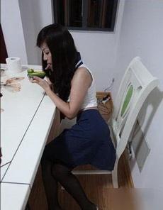 看到个妹子这么吃水果,那一瞬间我就呆了