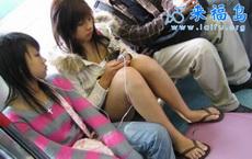 公交车上偷拍光pp乘车的小女生
