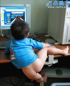小弟弟上网打游戏可牛了