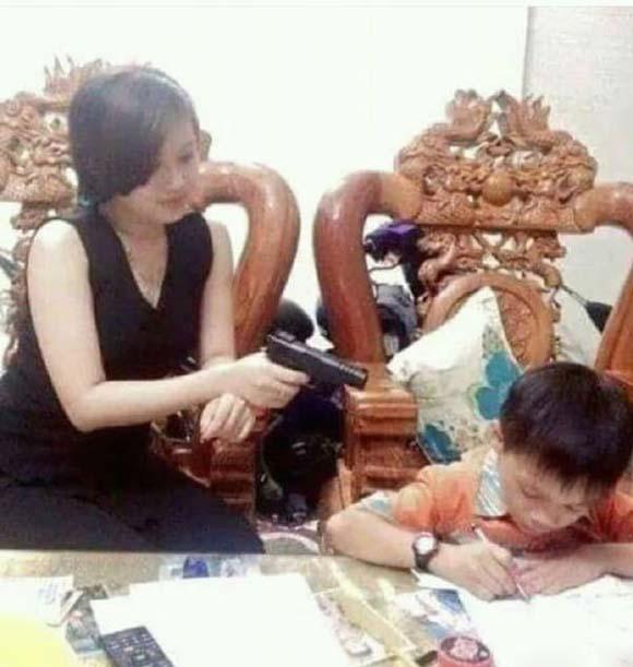 成龙的师姐,为照顾孩子退圈,星爷三顾茅庐请她出山,54岁成名